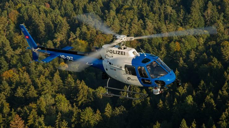 Mit einem solchen Polizeihelikopter der Kantonspolizei Zürich wurde nach dem Vermissten gesucht.