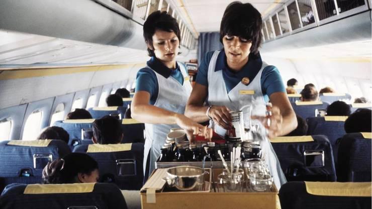 Swissair-Bordservice in den 70er Jahren, als Fliegen noch etwas Besonderes war.