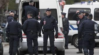 Polizeikräfte haben die Wohnung des mutmasslichen Attentäters umstellt