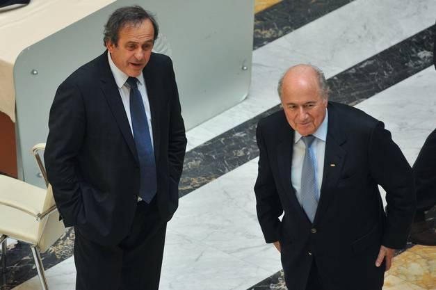 Die FIFA-Ethikkommission sperrt Weltverbandspräsident Sepp Blatter und UEFA-Chef Michel Platini vorläufig für jeweils 90 Tage.