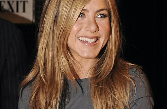 Jennifer Aniston ssingt vor Kamera (Archiv)