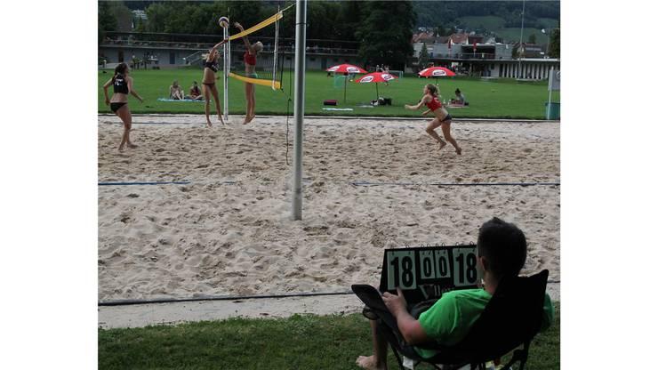 Kampf um jeden Ball im Finalspiel der Kategorie B1 im Terassenbad Baden.