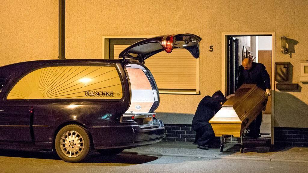 Der Wagen eines Bestattungsunternehmens steht am 12. November 2015 vor einem Haus in Wallenfels, Bayern. Die Polizei hat in einem Anwesen in Wallenfels sterbliche Ueberreste von Saeuglingen gefunden. (KEYSTONE/APA/Fricke)