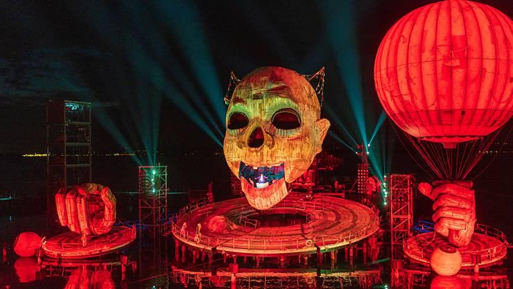 """Grosses Spektakel auf der Bregenzer Seebühne. Die Oper """"Rigoletto"""" feierte am Mittwoch Premiere bei den Bregenzer Festspielen. Die Bühne wird von einem gigantischen Clownkopf dominiert."""