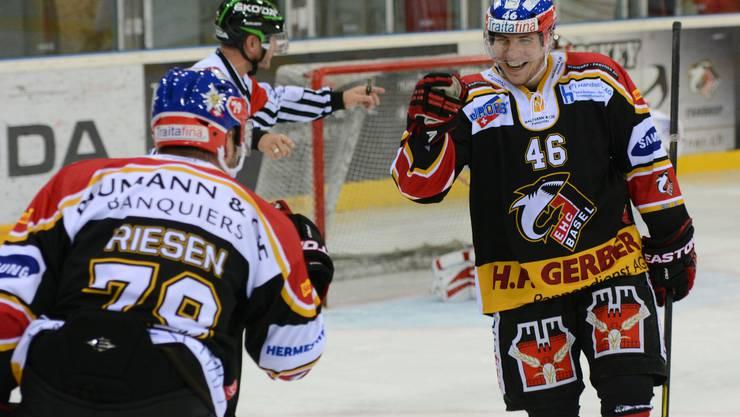 Die EHC Basel Sharks feiern ihren ersten Heimsieg.