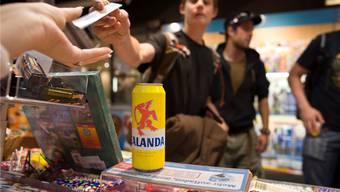 Die geschulten jugendlichen Testkäufer konnten an 21 Verkaufsstellen im unteren Fricktal Alkohol kaufen. Symbolbild Archiv/keystone