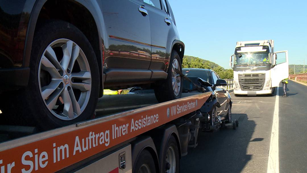 Lastwagen verursacht Auffahrunfall – fünf Fahrzeuge beschädigt