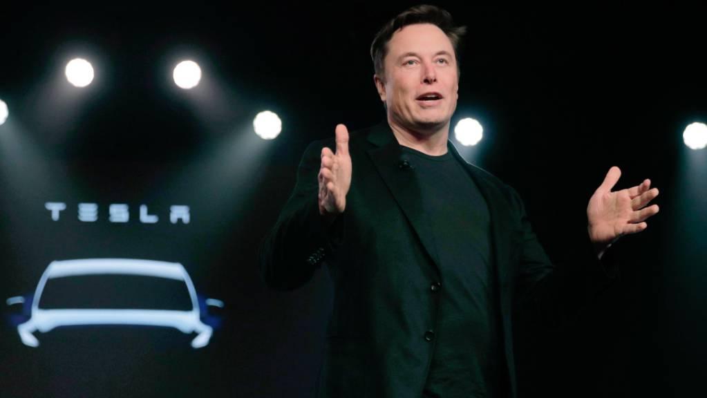 ARCHIV - Teslas CEO Elon Musk spricht vor der Enthüllung des Teslas Modell Y in Teslas Designstudio in Hawthorne, Kalifornien. In der in der Nacht zum Freitag gab Elon Musk bei der Hauptversammlung des Elektroauto-Herstellers bekannt, dass Tesla seinen Firmensitz aus dem Silicon Valley nach Texas verlegt. Foto: Jae C. Hong/AP/dpa
