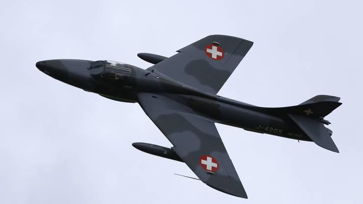 Eine Hawker Hunter schiesst über den Himmel