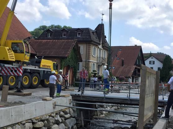 Ein Kraftakt: Die Brückenverschiebung am Wüeribach