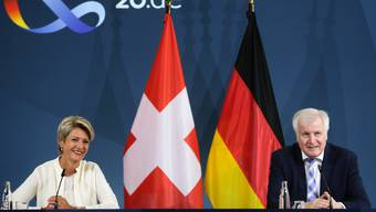 Bundesrätin Karin Keller-Sutter mit Deutschlands Innenminister Horst Seehofer.