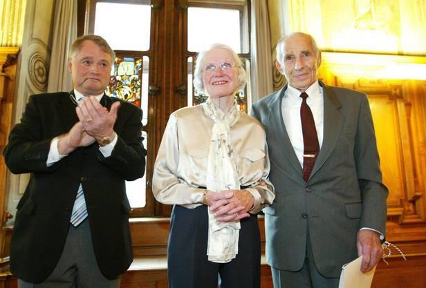 Alfred Waldis und seine Frau Lily werden von Luzerns Stadtpräsident Urs W. Studer beklatscht