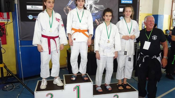 Celina Carraça steht ganz oben auf den Podest, gleich rechts von ihr befindet sich ihre Zwillingsschwester, Maria Carraça. Diese konnte die  Bronzemedaille gewinnen.