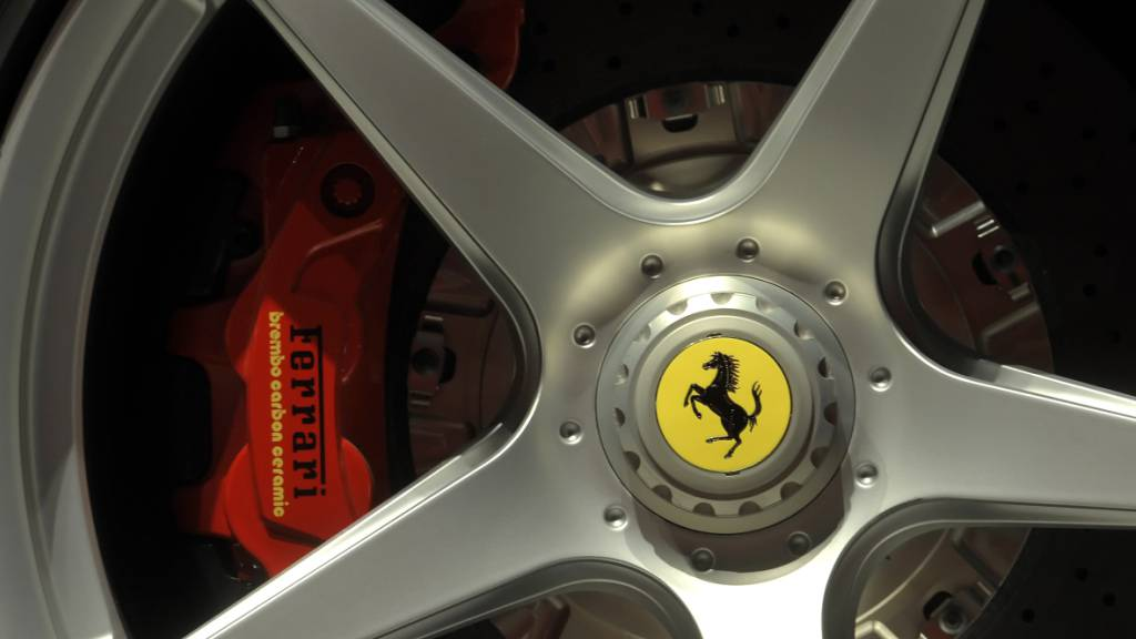 Der italienische Sportwagenhersteller Ferrari tritt bei seinen Gewinnzielen wegen der Coronapandemie auf die Bremse. (Archivbild)