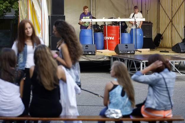 Die Blue Barrels aus Bellach benützen blaue Fässer aus Rhythmusinstrumente