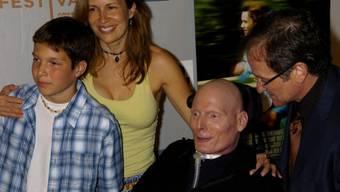 William Reeve (l) als 12-Jähriger mit seinem Vater Christopher (2.v.r.), seiner Mutter Dana und dem Schauspieler Robin Williams (r). Mittlerweile erwachsen, setzt sich Will dafür ein, dass Gelähmte mit ihren Kindern spielen können wie Nicht-Handicappierte auch. (Archivbild)