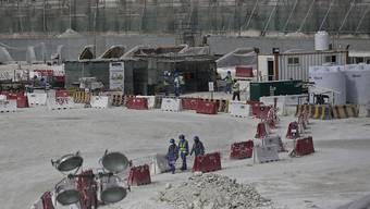 Die Arbeitsbedingungen auf den Baustellen in Katar sind hart. Hier entsteht das Stadion für die Fussball-WM 2022. Laut Amnesty International haben zahlreiche Arbeiter über Monate hinweg keinen Lohn erhalten. (Archivbild)