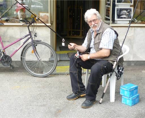 Rudolf Winzenried ist passionierter Angler und bereitet seine Geräte vor.