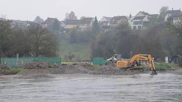 Noch bis Anfang November tragen Bagger die Auflandungen am Reussknie in Unterwindisch im Auftrag der Kraftwerkbetreiberin Axpo ab. Nik Dömer