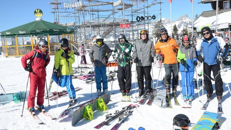 Die exklusive Gruppe der Skifahrer posiert bei perfektem Winterwetter