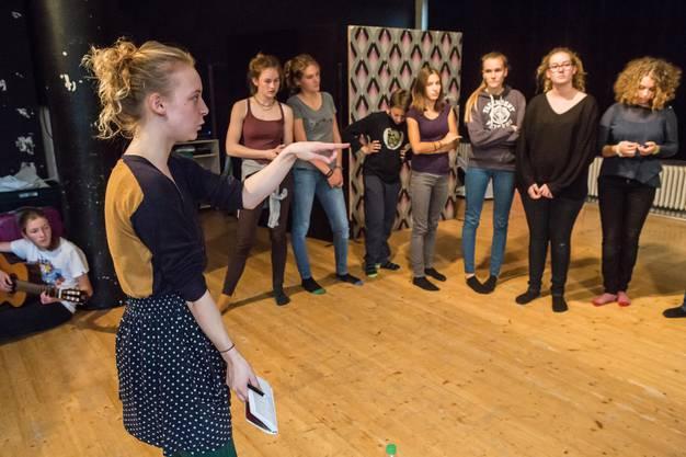 Anweisungen und Tipps an die jungen Schauspielerinnen und Schauspieler.