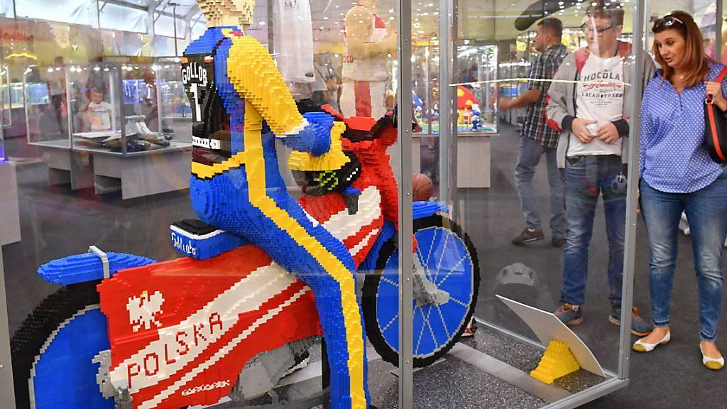 Aus diesen Steinen können auch im Digitalzeitalter noch eigene Welten entstehen: Legosteine verkaufen sich wieder besser. Im Bild die Figur eines bekannten polnischen Motorradsportlers an einer Lego-Ausstellung in Stettin.