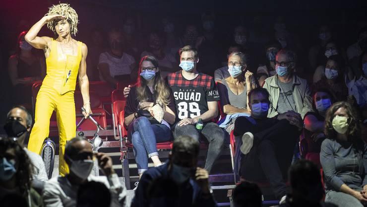 Nadeschkin vom Komikerduo Ursus und Nadeschkin bei der September-Premiere des Zirkus Knie in Bern: An der Maskenpflicht stören sich die Besucherinnen und Besucher nicht.