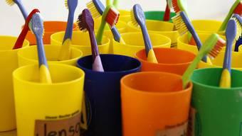 Zahnbürsten in einer Kindertagesstätte. (Archivbild)