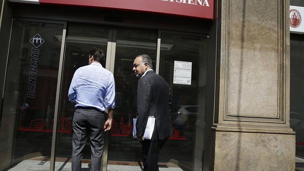 Der italienische Staat hatte die Bank Monte dei Paschi  mit Milliarden vor dem Kollaps bewahrt. Italienische Banken haben Problemdarlehen im zweiten Quartal zwar um rund ein Fünftel abgebaut. Auf Italien entfallen aber immer noch rund ein Viertel aller faulen Kredite der Euro-Zone. (Archiv)