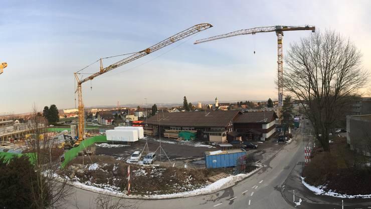 Egelmoos: Noch steht die Firma Strausack Holzbau. Schon bald sollen dort drei Wohnbauten erstellt werden, die an die im Bau befindlichen Häuser anschliessen.