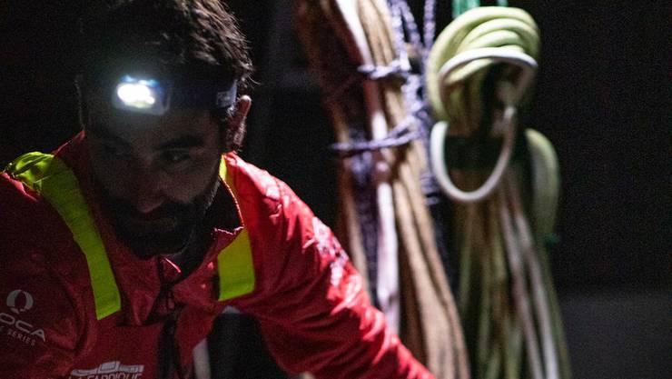Alan Roura bei der Reparatur seines Kielschadens.