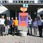 Weiningen zieht mit: Der komplette Gemeinderat, bestehend aus Reto Beutler (FDP), Harry Landis (parteilos), Thomas Mattle (SVP), Mario Okle (parteilos), Mike Gardavsky (SVP), Brigitte Schai (SVP) und Heinz Brunner (Forum) sowie Regionale-2025-Geschäftsleiter Peter Wolf feierten die Zusammenarbeit mit der Einweihung der Gemeinde-Stele.