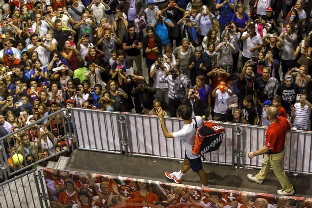 Roger Federer winkt den zahlreichen Fans zu