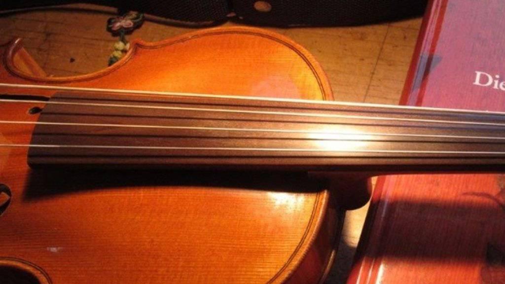 Vom Original kaum zu unterscheiden: Eine Violine mit Griffbrett aus «Swiss Ebony» statt echtem Ebenholz.
