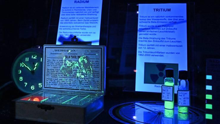 Zwei radioaktive Stoffe: Radium und das weniger starke Tritium.