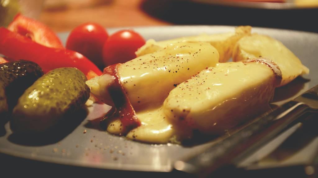 So kennen wir es: Das klassische Schweizer Raclette mit Kartoffeln, Essiggurken und ganz viel Käse.