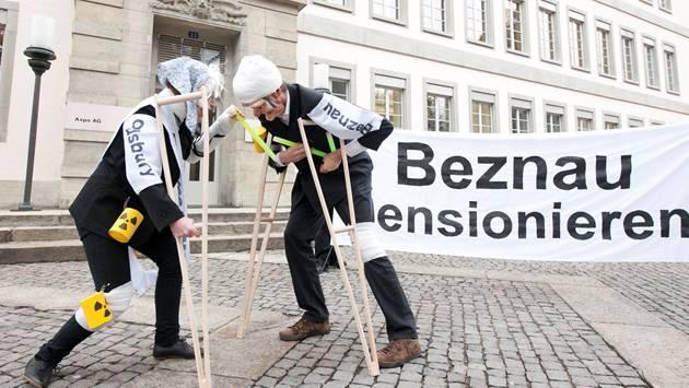 Kritische Stimmen zu Beznau: Das Bild stammt von einer Demonstration gegen den Weiterbetrieb des Atomkraftwerks vor dem Axpo-Hauptsitz in Baden im Februar 2012.