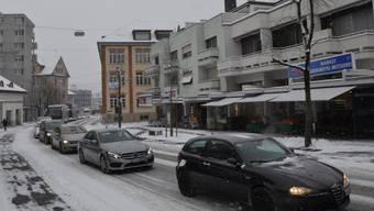 Die Autos stauten sich heute Morgen auch auf der Wohler Zentralstrasse, weil Schnee und Temperaturen unter dem Gefrierpunkt viele Autofahrer überfordern.