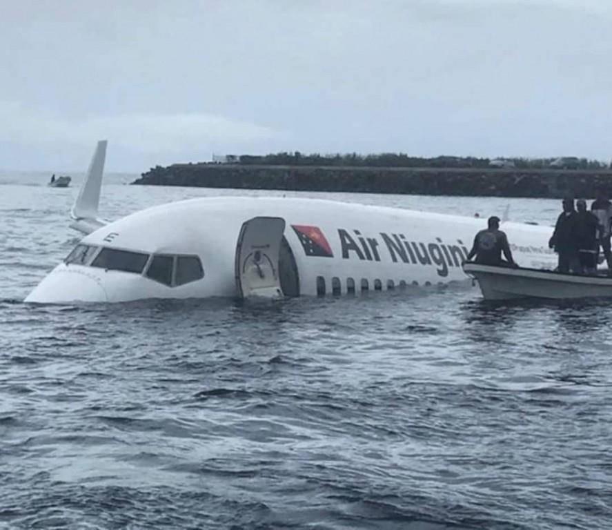 Flugzeug landet neben der Piste (© Facebook)