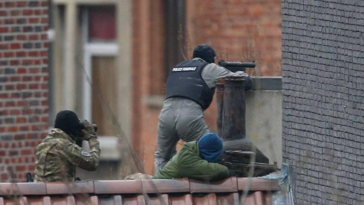 Ein erster Schusswechsel begann, als die Spezialeinheiten ein Haus durchsuchen wollte. Die Verfolgung der Verdächtigen dauerte bis in den Abend.