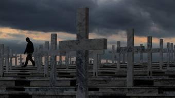 Wer zerstört in Seon Gräber und klaut Blumen und Grablampen? (Symbolbild!)