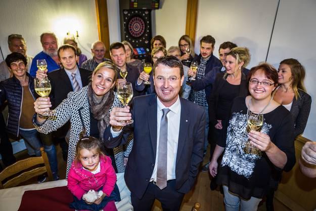 Feiern mit Freunden und Familie: Thomas Burgherr stosst zum grossen Coup an, der ihm am Wahlsonntag gelungen ist