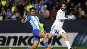 Real Madrids Torschütze Isco (rechts) im Zweikampf mit Malagas Roberto Rosales