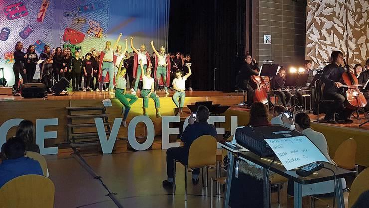 Schüler der Bezirksschule Möhlin und Mitglieder des Argovia Philharmonic präsentierten schräge Vögel der Musikgeschichte.
