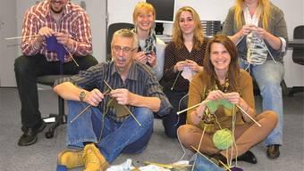 Die Ersten haben bereits mit Stricken begonnen. Wie man sieht,ist diese Handarbeit nicht nur Frauensache.