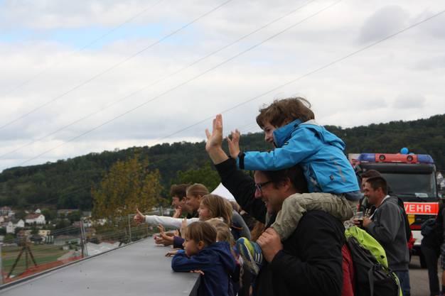 Gross und Klein freuen sich über die neue Brücke