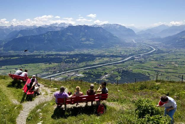 Wanderer geniessen die Aussicht auf das Rheintal ab dem Hohen Kasten ob Bruelisau