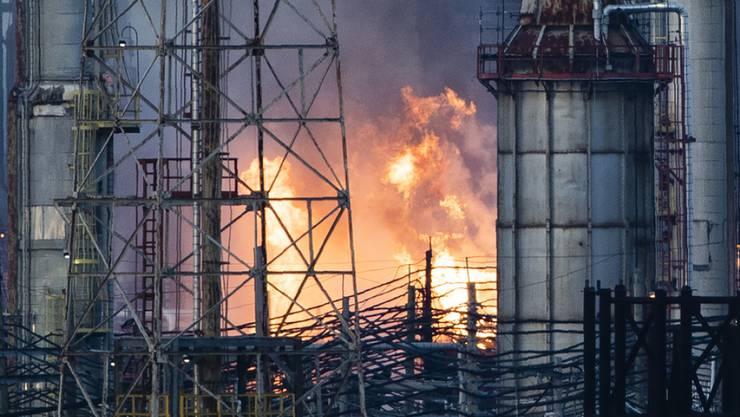 Über dem Philadelphia Energy Solutions Refining Complex stiegen riesige Flammen und eine Rauchwolke auf.