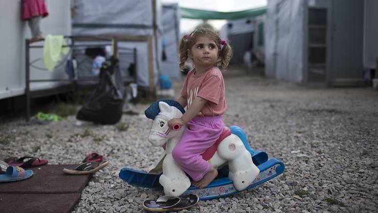 Ein kleines Mädchen in einem griechischen Flüchtlingslager. (Archivbild)