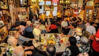 Wie immer, wenn im «Chäber» Jazz-, Swing- und Dixienummern ertönten: Wirtin Irma (links unten) strahlte und applaudierte, die Gäste taten es ihr gleich.